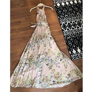 Dresses & Skirts - Beautiful floral maxi dress